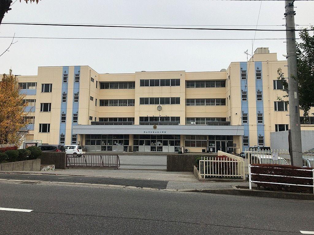 徒歩10分ほどで自宅から到着できる小学校です。