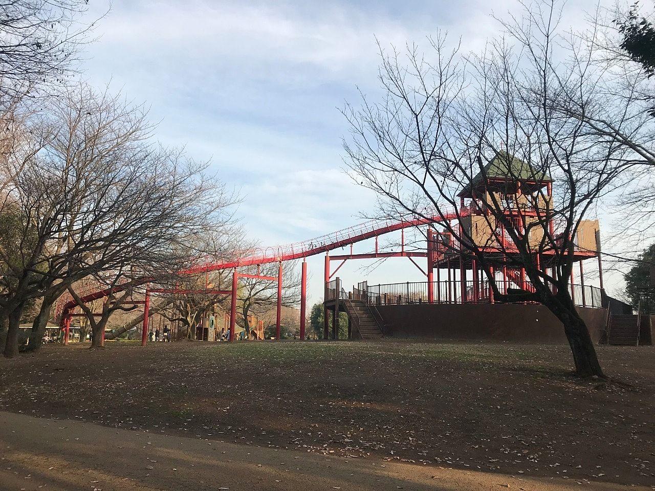 アンデルセン公園の大きな滑り台です。お子さんが夢中になって遊んでいます。