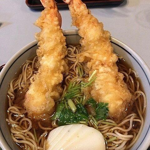 松戸市新松戸の山和さんの天ぷらそばの海老天はビッグな存在感です。