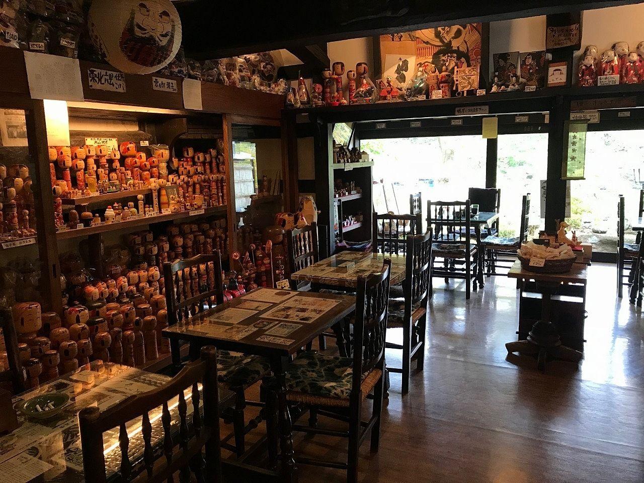 喫茶スペースには全国のこけしが飾られています。