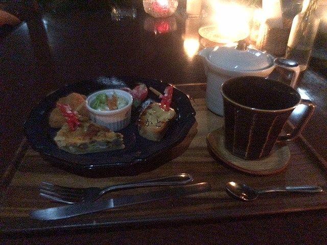 可愛らしいオードブルがついた素敵なイベントです。キッシュなどこの日のために準備されたお料理が出てきました。