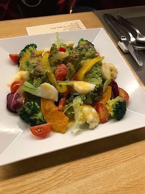 野菜も新鮮なクアトロ・スタジオーネさんのサラダです。