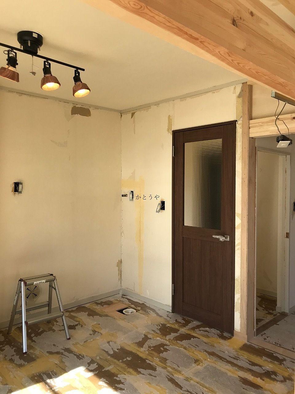 キッチンに繋がる扉の色がコンセプトカラーになってます。