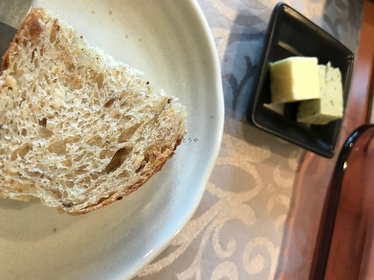 丁子屋栄さんのアンチョビバターは美味しいと有名です。