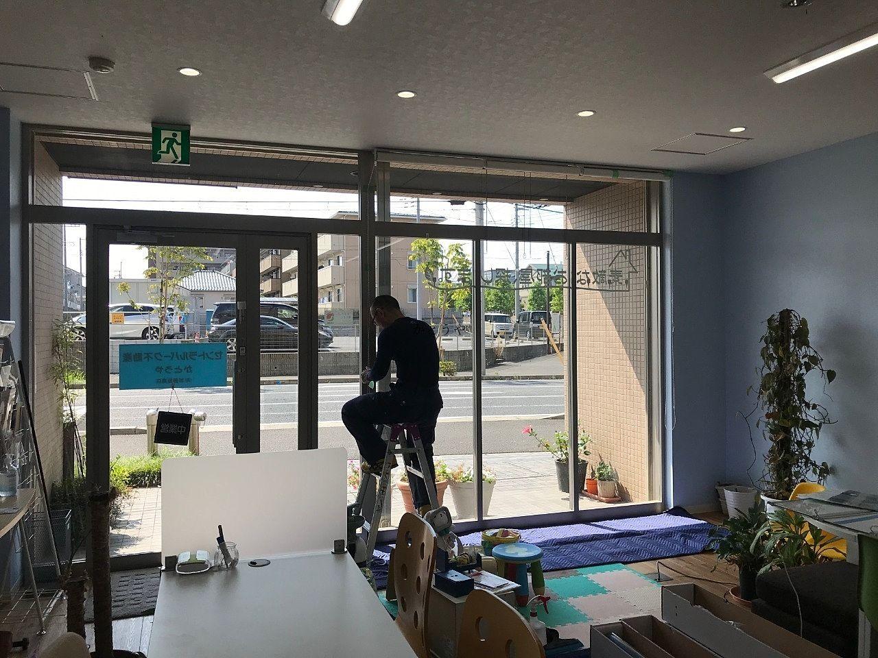 野田市の窓ガラスフィルム施工業者WORKSZEROさんのご紹介です。かとうやの窓は大きいので貼るのが大変そうです。