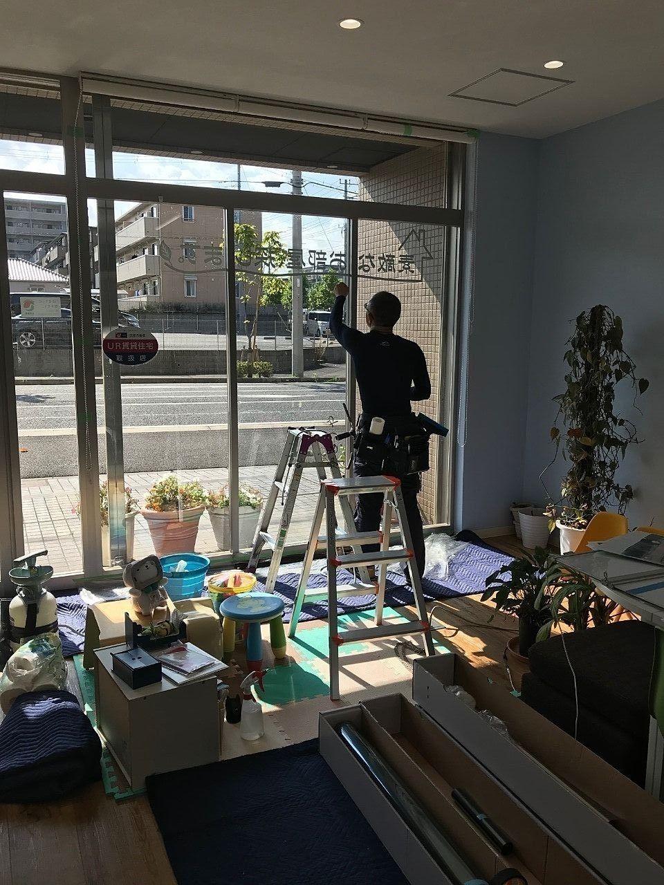 野田市の窓ガラスフィルム施工業者WORKSZEROさんのご紹介です。シートを貼る前に窓掃除をして下さいます。