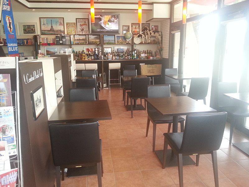 セントラルパークカフェさんの店内です。一人でもグループでも使いやすい席の配置になっています。