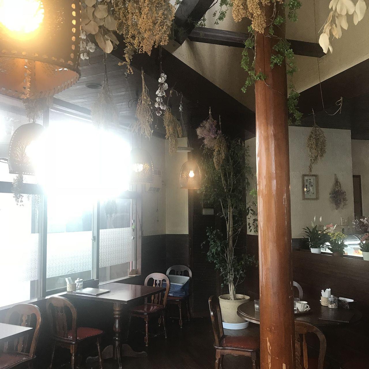 Flowerカフェひまつぶしの店内はとてもチャーミング