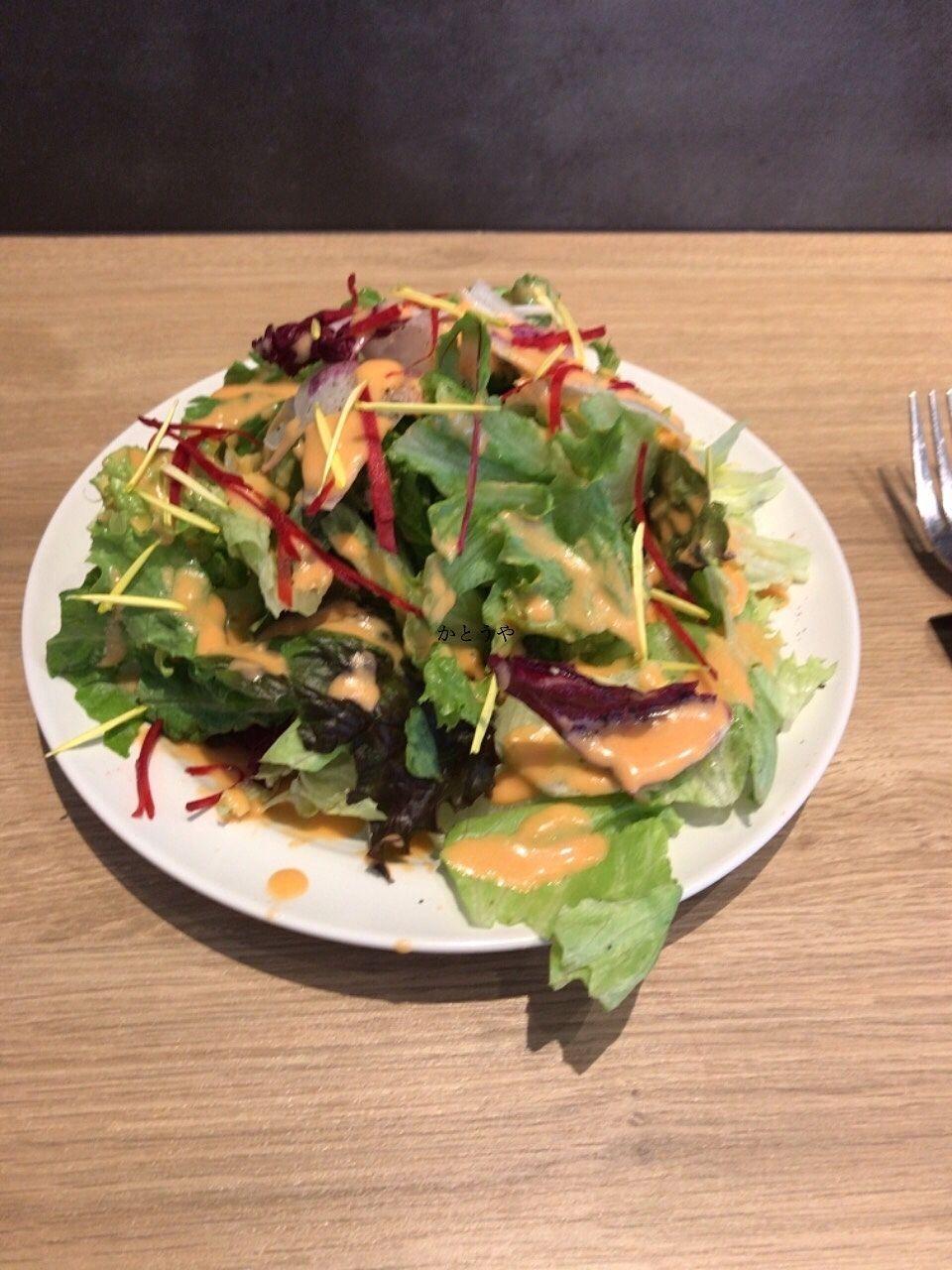 ランチピザも美味しかったです。サラダがダイナミックすぎて思わずはっぱがお皿から飛び出しています。